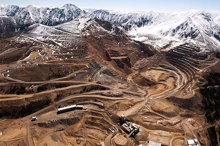 """Trump signs executive order to """"streamline"""" mineral mining 